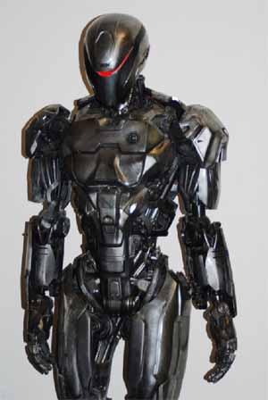 Legacy Effects 设计的机械战警头盔面甲(包括一道醒目的红色线条)——使用 VeroClear材料,在 Objet Connex 多材料 3D 打印机上打印而成