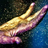 hand-covered-in-glitter_1600-971x647